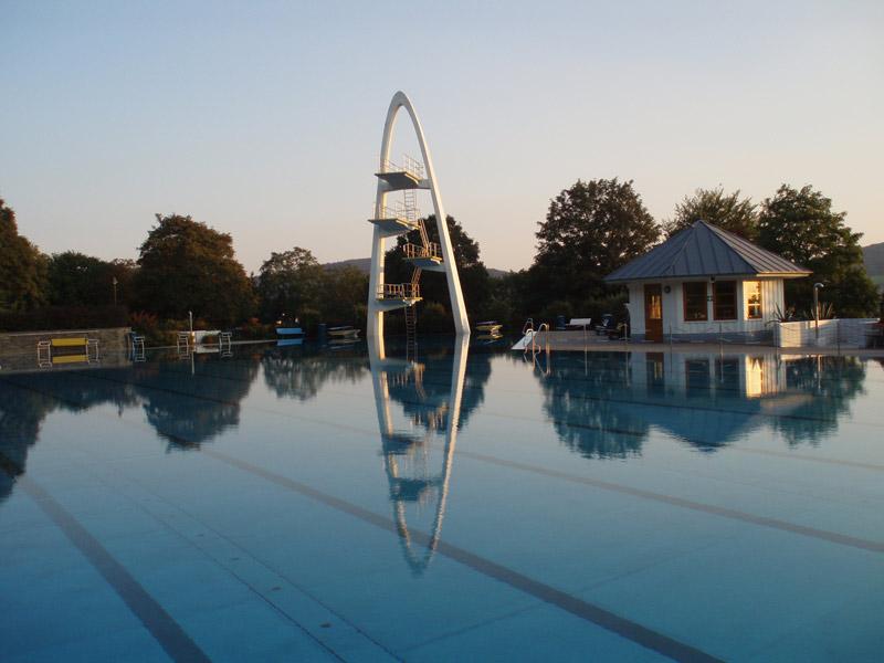 Sportbecken mit Sprungturm